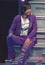 【中古】生写真(ジャニーズ)/アイドル/V6 V6/坂本昌行/階段に座り/上下紫衣装/右手マイク/顔右向き/右下20thCenturyロゴ