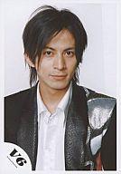 【中古】生写真(ジャニーズ)/アイドル/V6 V6/岡田准一/バストアップ/ジャケット黒/背景…