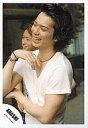 【中古】生写真(ジャニーズ)/アイドル/嵐 嵐/松本潤/上半身・Tシャツ白・目線左・笑顔・左手右肘/公式生写真