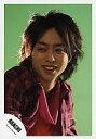 中古生写真ジャニズアイドル嵐 嵐櫻井翔バストアップ・シャツピンクチェック・目線左・体右向き・背景黄緑・johnny's web公式生写真