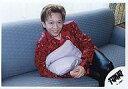 【中古】生写真(ジャニーズ)/アイドル/TOKIO TOKIO/城島茂/横型・膝上・衣装赤・クッションを抱える・ソファ水色/公式生写真