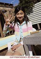 【中古】生写真(ハロプロ)/アイドル/Berryz工房 Berryz工房/熊井友理奈/膝上・背景屋外・右手パー・左手右足に置く・椅子に座わる/公式生写真