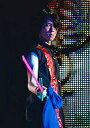 【中古】生写真(ジャニーズ)/アイドル/Mis Snow Man Mis Snow Man/宮舘涼太/ライブフォト・膝上・黒シャツ・右手青の布と紫色の剣・背景スクリーン・枠無し/公式生写真