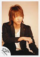【中古】生写真(ジャニーズ)/アイドル/NEWS NEWS/小山慶一郎/上半身・ジャケット黒・白シャツ・右手に指輪・背景ベージュ色/写真左下に「Keiichiro」/公式生写真