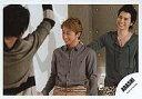 中古生写真ジャニズアイドル嵐 嵐大野智・松本潤横型・上半身・大野シャツグレ・松本シャツ緑・目線左・手前にメンバ公式生写真