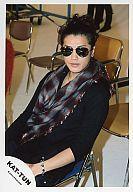 【中古】生写真(ジャニーズ)/アイドル/KAT-TUN KAT-TUN/赤西仁/上半身・黒シャツ・赤とグレーチェック柄スカーフ・左腕ブレスレット・カメラ目線・パイプ椅子に座り/公式生写真