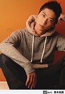 【中古】生写真(男性)/アイドル/D-BOYS D-BOYS/鈴木裕樹/座り・パーカーグレー・左手頭・カメラ目線・背景オレンジ/公式生写真