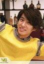 【中古】生写真(男性)/アイドル/V6 V6/三宅健/バストアップ・衣装黄・両手広げ・背景ボトル・...