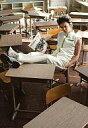 【中古】生写真(男性)/俳優 清水良太郎(亜久津仁)/全身・教室・制服・椅子に座り・足机の上・左手ポケット・右手バイクの雑誌・キャラクターショット/ミュージカル『テニスの王子様』コンサート Dream Live 6th