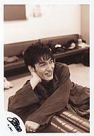 【中古】生写真(男性)/アイドル/SMAP SMAP/草なぎ剛/上半身・座り・衣装黒・右手首・目線右・...