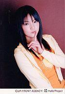 【中古】生写真(ハロプロ)/アイドル/モーニング娘。 モーニング娘。/道重さゆみ/上半身・衣装オレンジ・パーカー黄色・左手人差し指顎・背景茶色/公式生写真