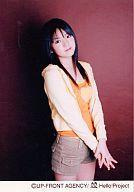 【中古】生写真(ハロプロ)/アイドル/モーニング娘。 モーニング娘。/道重さゆみ/膝上・衣装オレンジ・パーカー黄色・両手重ね・背景茶色/公式生写真