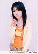 【中古】生写真(ハロプロ)/アイドル/モーニング娘。 モーニング娘。/道重さゆみ/膝上・衣装オレンジ・パーカー黄色・右手人差し指立て/公式生写真