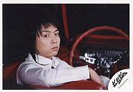 【中古】生写真(ジャニーズ)/アイドル/KinKi Kids KinKi Kids/堂本剛/横型・顔アップ・シャツ白・右向き・赤いオープンカー/公式生写真