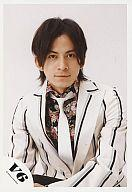 【中古】生写真(男性)/アイドル/V6 V6/岡田准一/上半身・白・黒のストライプ柄ジャケット・白...