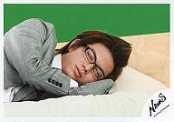 【エントリーでポイント10倍!(9月26日01:59まで!)】【中古】生写真(ジャニーズ)/アイドル/NEWS NEWS/加藤シゲアキ/横型・バストアップ・衣装スーツグレー白・眼鏡・ベッド・眠り・背景緑/公式生写真