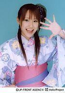 【中古】生写真(ハロプロ)/アイドル/モーニング娘。 モーニング娘。/高橋愛/上半身・紫色の花柄着物・ピンク色の帯・左手パー・口開け・背景水色/公式生写真