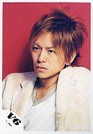 【中古】生写真(男性)/アイドル/V6 V6/森田剛/バストップ・衣装白・目線左・背景赤/公式生写...