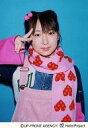 中古生写真ハロプロアイドルモニング娘。 モニング娘。加護亜依上半身・衣装ピンク・マフラ・右手ピス・背景水色公式生写真タイム