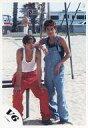 【中古】生写真(ジャニーズ)/アイドル/V6 V6/坂本昌行・岡田准一/全身・ズボン赤・オーバーオール・肩に腕・砂地/公式生写真