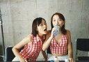 【中古】生写真(ハロプロ)/アイドル/モーニング娘。 モーニング娘。/市井紗耶香 ・保田圭/横型・上半身・保田右手ペットボトル・イス/公式生写真