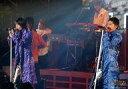 【エントリーでポイント最大19倍!(5月16日01:59まで!)】【中古】生写真(ジャニーズ)/アイドル/タッキー&翼 タッキー&翼/滝沢秀明・今井翼/横型・ライブフォト・膝上・衣装紫、青・スタンドマイク・後ろに人・枠無し/公式生写真