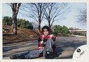 【中古】生写真(ジャニーズ)/アイドル/ジャニーズ ジャニーズ/佐野瑞樹/横型・全身・チェック柄シャツ赤白黒・地面に座り・野外/公式生写真