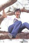 【中古】生写真(女性)/アイドル No.011 : 広末涼子/全身・衣装白Tシャツ・木の上/公式ブロマイド・パート3