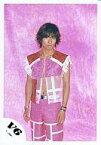 【中古】生写真(ジャニーズ)/アイドル/V6 V6/三宅健/膝上・袖無し衣装ピンク赤・・背景ピンク/公式生写真