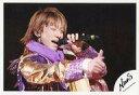 【中古】生写真(ジャニーズ)/アイドル/NEWS NEWS/小山慶一郎/ライブフォト・横型・上半身・衣装紫・金色・左手マイク・右手親指立て・背景黒/公式生写真