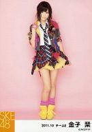 【中古】生写真(AKB48・SKE48)/アイドル/SKE48 金子栞/全身・衣装グレー・ネクタイ・右手肩・背景ピンク/「2011.10」公式生写真