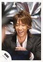 【中古】生写真(ジャニーズ)/アイドル/NEWS NEWS/小山慶一郎/バストアップ・衣装黒・シャツ白・笑顔・背景銀/公式生写真