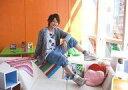 【中古】生写真(男性)/俳優 岡崎和寛(伊武深司)/横型・全身・衣装グレー・白ソファに座り・背景オレンジ/ミュージカル「テニスの王子様」公式生写真