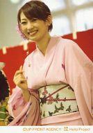 【中古】生写真(ハロプロ)/アイドル/モーニング娘。 モーニング娘。/飯田圭織/上半身・着物ピンク・帯グレー・右グー・笑顔・左向き・背景白赤/公式生写真