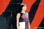 【中古】生写真(女性)/女優 No.7 : 広末涼子/横型・上半身・衣装白・茶色・紫・目を閉じ・背景赤・黒/公式ブロマイド