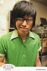 【中古】生写真(男性)/お笑い芸人/しずる しずる/村上純/上半身・衣装緑・目閉じ・眼鏡・ポストカードサイズ・よしもとプリンスシアター/公式生写真