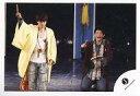 【中古】生写真(ジャニーズ)/アイドル/ふぉーゆー ふぉーゆー/辰巳雄大・松崎祐介/ライブフォト・膝上・衣装黄色・白・ジーンズ・星柄のストール・右手上げ・松崎座り・口開け・背景黒/公式生写真