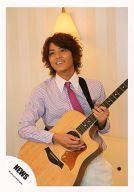 【中古】生写真(ジャニーズ)/アイドル/NEWS NEWS/手越祐也/上半身・ネクタイ・ピンク・ギター・2/公式生写真
