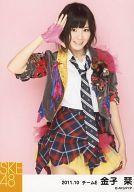 【中古】生写真(AKB48・SKE48)/アイドル/SKE48 金子栞/上半身・衣装グレー・ネクタイ・敬礼・背景ピンク/「2011.10」公式生写真