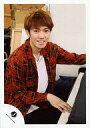 【中古】生写真(ジャニーズ)/アイドル/ふぉーゆー(ジャニーズJr.) ふぉーゆー/辰巳雄大/上半身・衣装赤・黒・チェック柄・体右向き・座り・ピアノ・笑顔/公式生写真