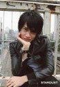【中古】生写真(男性)/俳優 高木万平/バストアップ・衣装黒・右手頬・後ろに手すり・しゃがみ/公式生写真