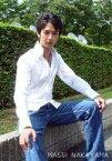 【中古】生写真(男性)/俳優 中山麻聖/膝上・シャツ白・ジーパン・座り・両手膝上・右向き・カメラ目線・野外/公式生写真