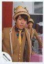 【中古】生写真(ジャニーズ)/アイドル/関ジャニ∞ 関ジャニ∞/村上信五/上半身・衣装茶色・ネクタイ黄色・帽子・後ろに丸山/公式生写真