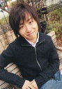 【中古】生写真(男性)/俳優 橋本淳/上半身・衣装黒・ジーンズ・ベンチに座り・笑顔/公式生写真