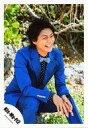 【中古】生写真(ジャニーズ)/アイドル/Kis-My-Ft2 Kis-My-Ft2/横尾渉/膝上・座り・衣装青・黒・右向き・両手重ね・笑顔・植物/「16夏 パンフ&グッズ撮影」/公式生写真