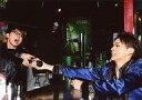 【中古】生写真(男性)/俳優 加藤良輔・後藤健流/横型・上半身・座り・衣装青黒・手に瓶・口開け/舞台「CLUB SLAZY The 4th invitation〜Topaz〜」シークレットブロマイド