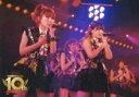 【中古】生写真(AKB48・SKE48)/アイドル/AKB48 高橋みなみ・大和田南那/ライブフォト・横型・膝上・衣装黒・白・左手マイク・右手胸元/DVD・Blu-ray「AKB48劇場オープン10周年記念祭&AKB48劇場10周年特別記念公演」(通常版・数量限定版)封入特典ステージショット生写真