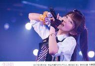 【中古】生写真(AKB48・SKE48)/アイドル/AKB48 AKB48/大西桃香/ライブフォト・横型・上半身・2017年2月28日 外山大輔公演「ミネルヴァよ、風を起こせ!」初日公演・右腕にオレンジと紫のシュシュ・左手にマイク/AKB48劇場公演初日ステージ写真