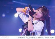 【中古】生写真(AKB48・SKE48)/アイドル/AKB48 AKB48/大西桃香/ライブフォト・横型・上半身・2017年2月28日 外山大輔公演「ミネルヴァよ、風を起こせ!」初日公演・右腕にオレンジと紫のシュシュ・左手にマイク・2Lサイズ/AKB48劇場公演初日ステージ写真