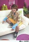 【中古】生写真(男性)/俳優/D-BOYS D-BOYS/加治将樹/全身・座り・衣装黄色・緑・赤・青・左向き・ソファ白・背景紫/公式生写真